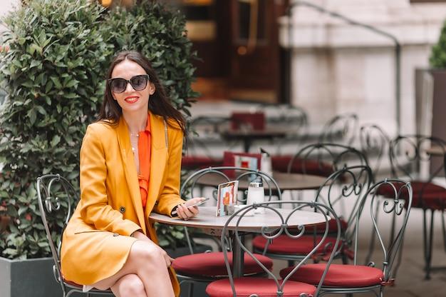 街を歩いて女性。イタリアの都市で屋外の若い魅力的な観光客