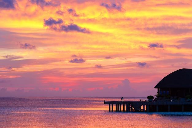 インド洋のモルディブの熱帯の島の美しいカラフルな夕日