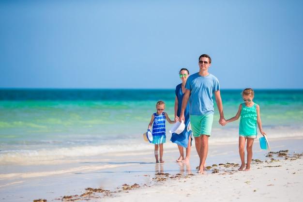 Счастливые молодые семейные пляжные каникулы