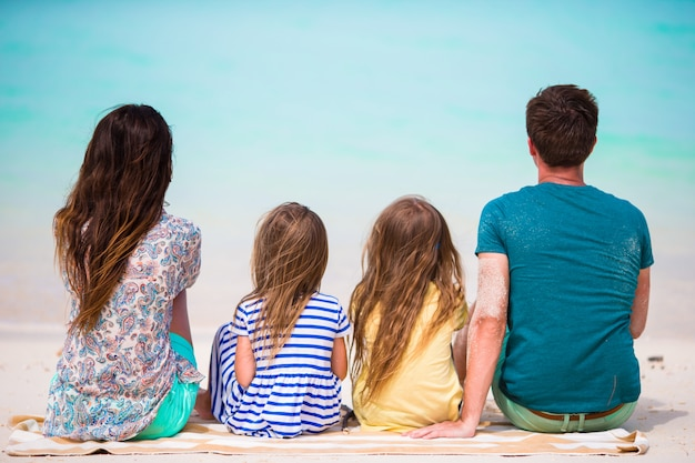 バカンスの若い美しい家族