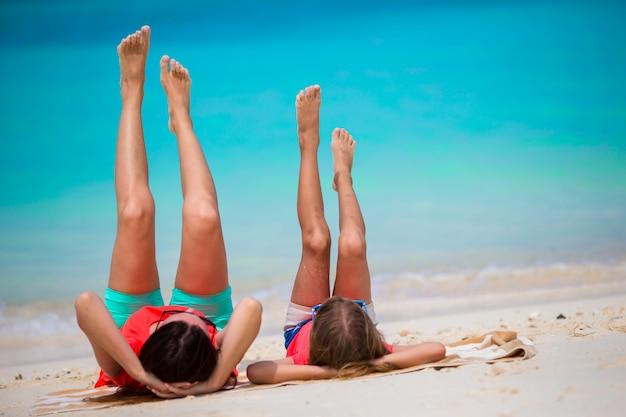 母と熱帯の休暇中に小さな女の子