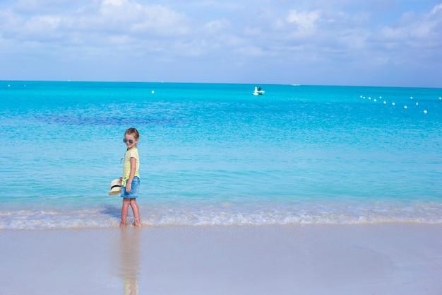 夏休みの間にビーチでサングラスの少女