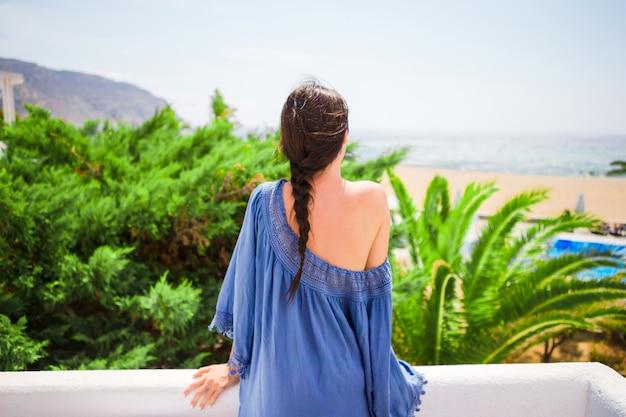 屋外の休暇中に若い美しい女性
