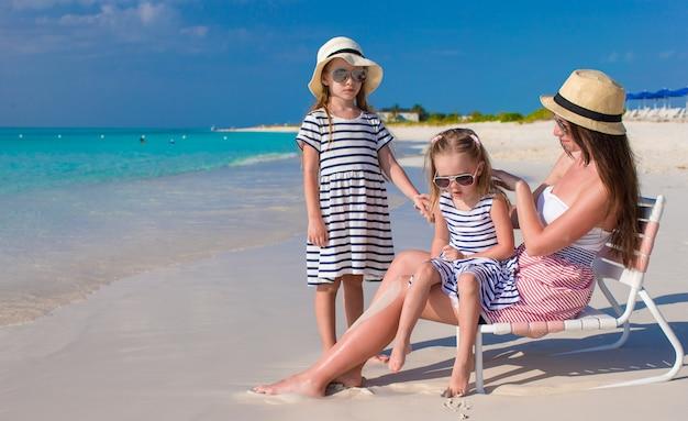 Молодая мама и ее маленькие дочери наслаждаются летними каникулами