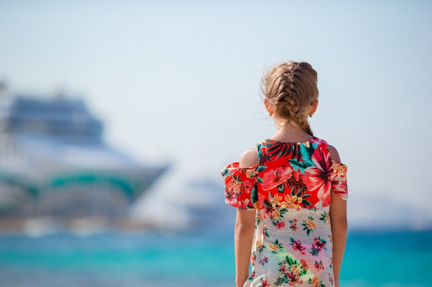 ギリシャのビーチバックグラウンド大きなレイナーでのかわいい女の子