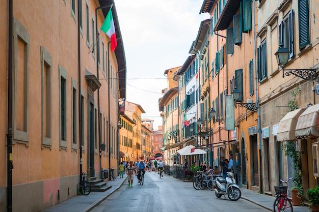 Старые красивые пустые узкие улочки в маленьком городе лукка в италии