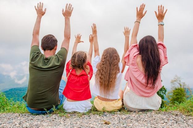 Красивая счастливая семья в горах на фоне тумана