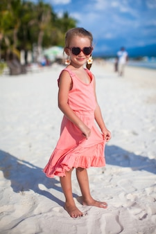 Очаровательны маленькая девочка на тропический пляжный отдых на филиппинах