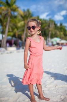 Очаровательная маленькая девочка на тропическом пляже