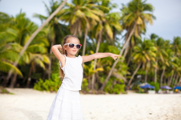 Очаровательны маленькая девочка на тропический пляжный отдых в боракай, филиппины