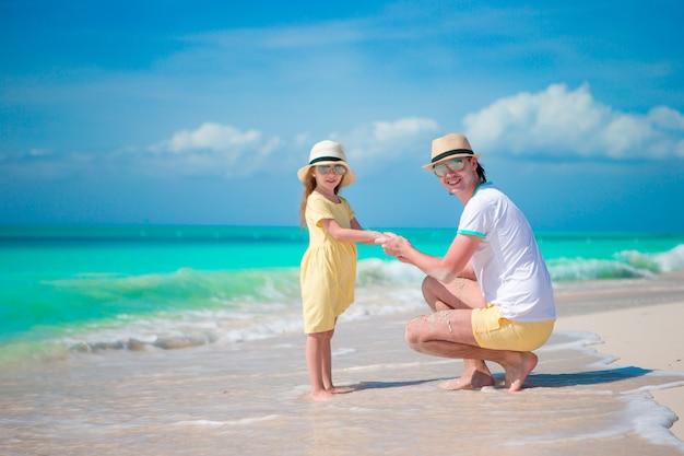 ビーチの時間を一緒に楽しんでいる女の子と父