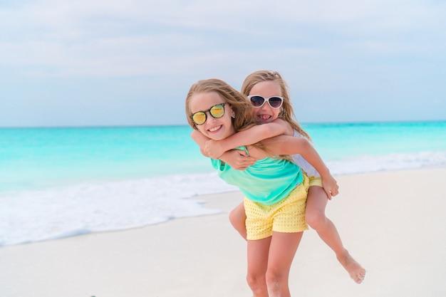 愛らしい小さな子供たちがビーチで一緒に遊ぶ