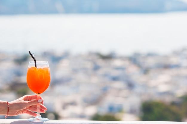 ギリシャの美しい古いミコノスのアルコール飲料とクローズアップガラス