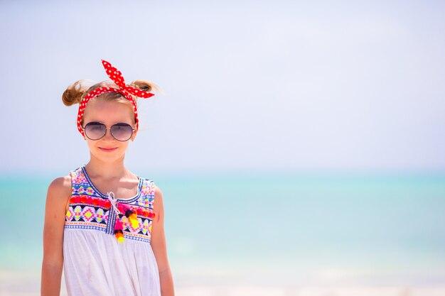 Портрет очаровательны маленькая девочка на пляже летние каникулы