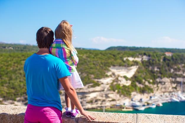 Молодой отец и маленькая девочка, наслаждаясь прекрасным видом на европейский город
