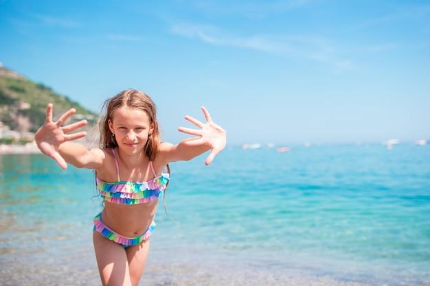 夏休みの間にビーチでかわいい女の子