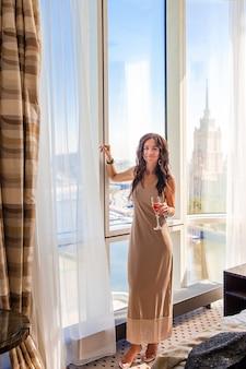 パーティーのホテルで長いドレスを着た美しい少女