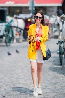 ウィーンで彼女のヨーロッパの休暇を楽しんでいる観光客の女の子