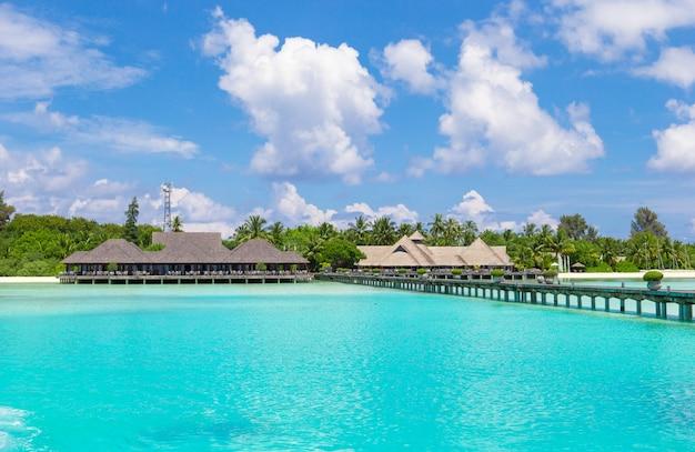 Пейзаж потрясающего тропического пляжа на мальдивах