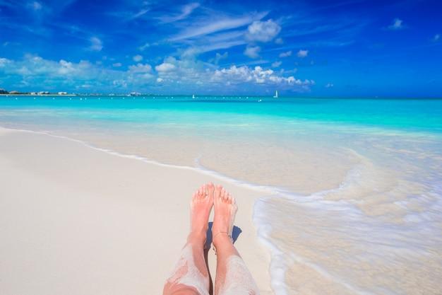 浅瀬のビーチでの足