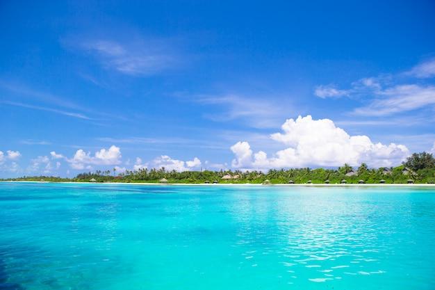 Красивый белый песчаный пляж и бирюзовая чистая вода