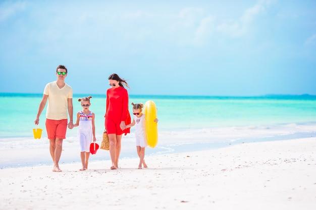 Молодая семья в отпуске