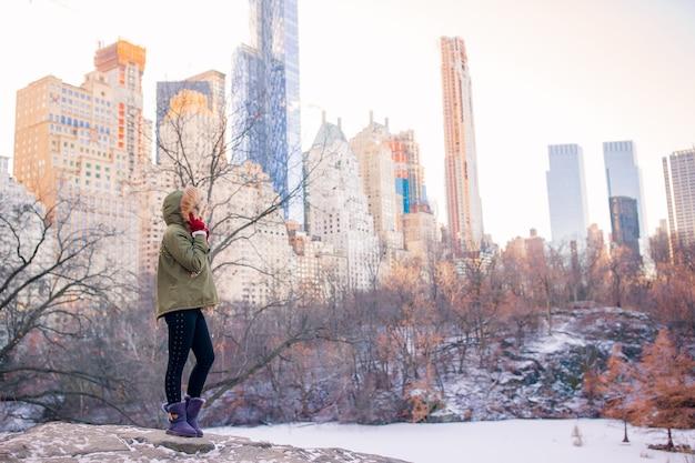 Очаровательная девушка в центральном парке в нью-йорке