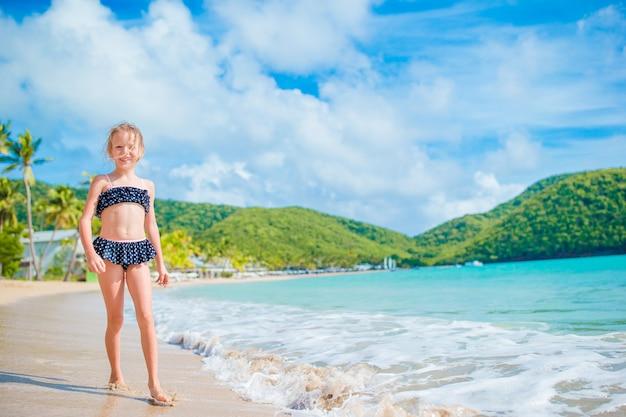 ビーチの上を歩くビーチでのかわいい女の子