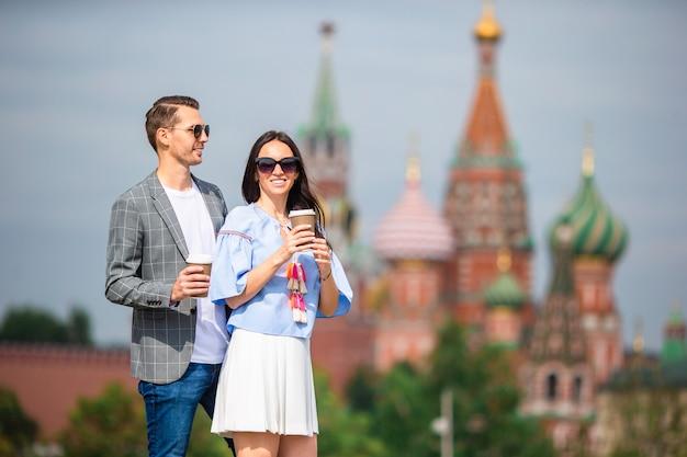Молодая пара в любви гуляет по городу св. василия блаженного