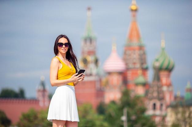 Счастливая молодая городская женщина в европейском городе.