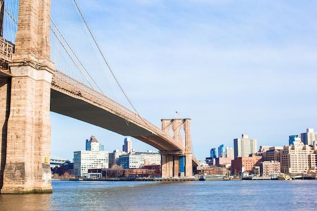ニューヨーク市から見たイースト川に架かるブルックリン橋