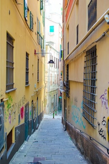 Старые красивые пустые узкие улочки в небольшом городе генуя в италии
