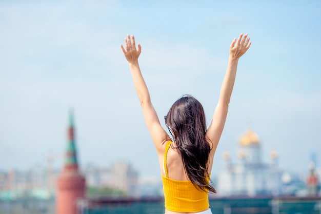 ヨーロッパの都市で幸せな若い都市女。