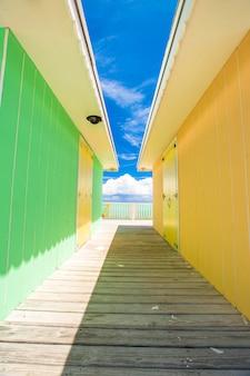 エキゾチックなカリブ海の島の明るい色の家
