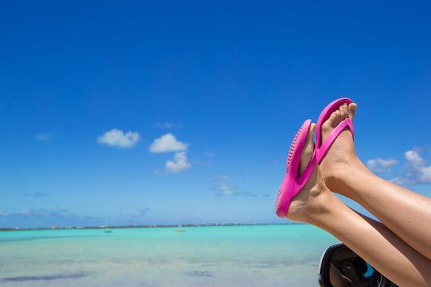 熱帯のビーチで車の窓からビーチサンダル