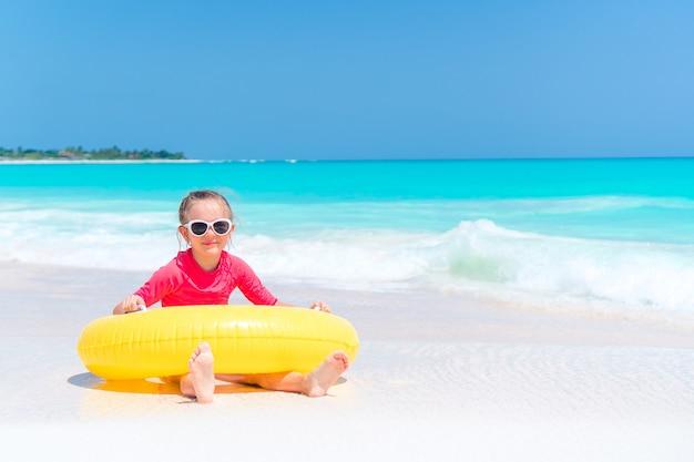 Очаровательная маленькая девочка с удовольствием на пляже