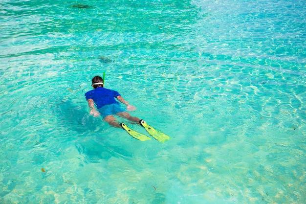 Молодой человек, заняться сноркелингом в чистых тропических бирюзовых водах