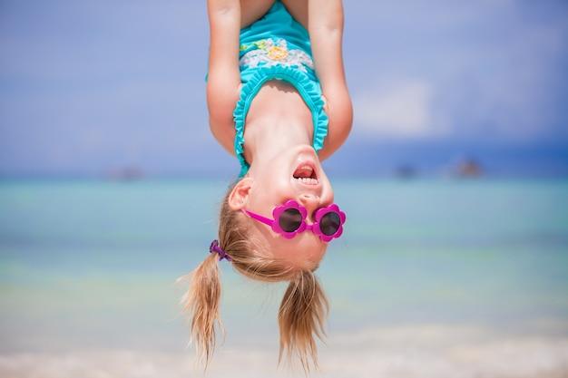 夏休みの間に屋外の幸せな女の子は父と楽しい時を過す