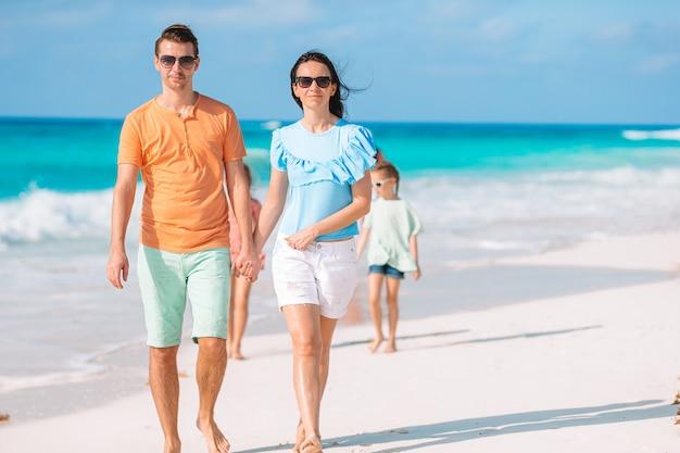 休暇中の若い家族はたくさんの楽しみを持っています
