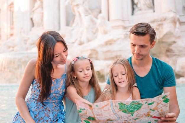 市内地図とフォンタナディトレビ近くの幸せな家族