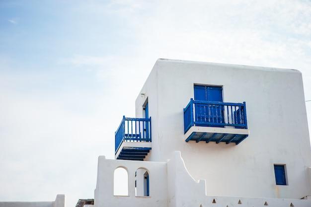 青いドアと典型的な青いドア。ギリシャ、ミコノス
