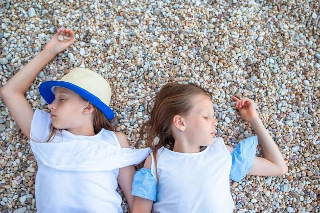 夏休みの間に熱帯のビーチで楽しんでいる小さな女の子