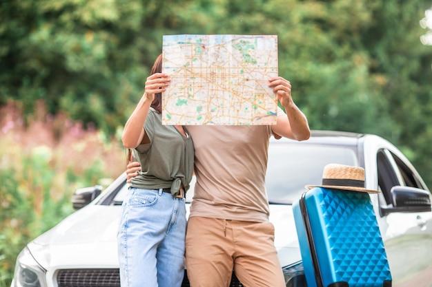Молодая пара турист, наслаждаясь на летние каникулы