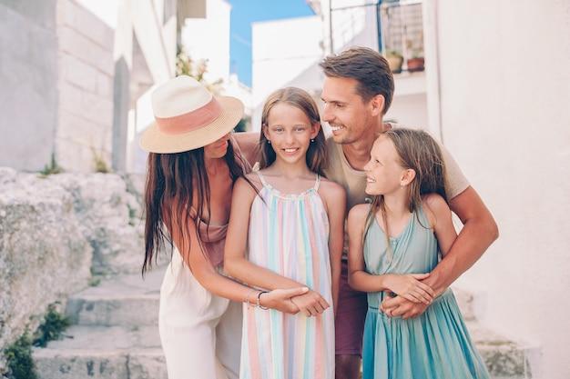 Семья родителей и детей отдых в европейские каникулы