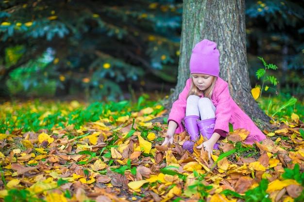 晴れた秋の日に秋の公園で愛らしい少女