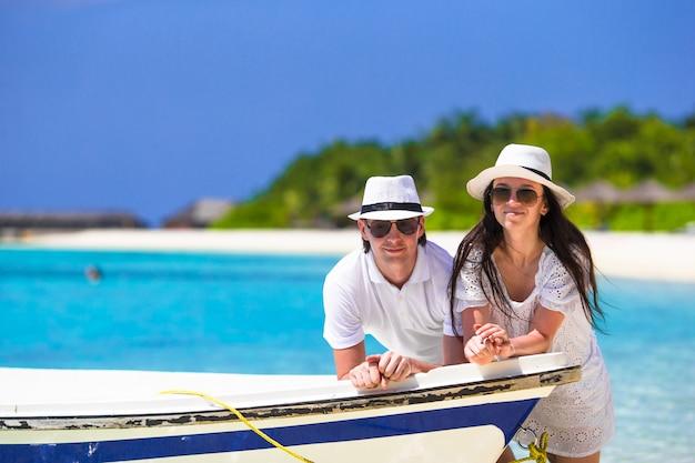 Молодая пара во время тропического отпуска