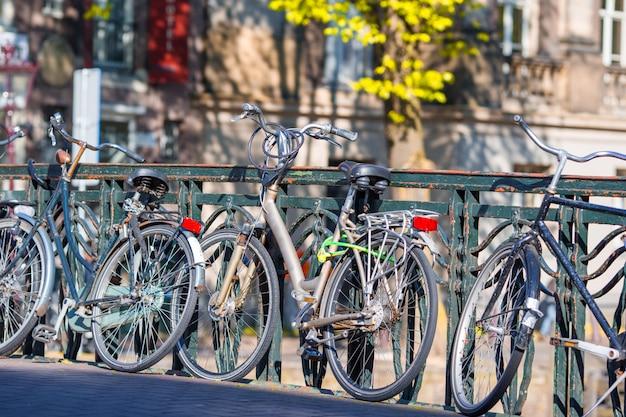 オランダ、アムステルダムの橋の上の自転車