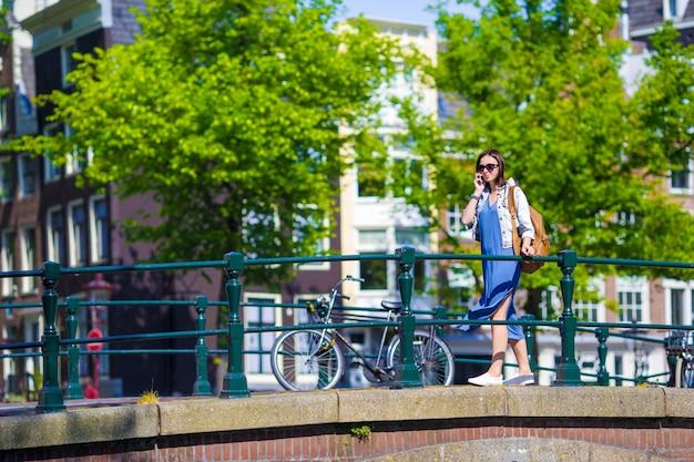 白人少女は、オランダのアムステルダムでヨーロッパの休暇を楽しむ