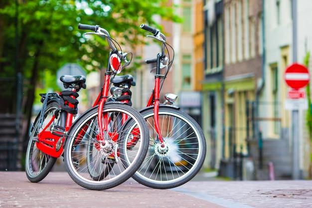 オランダ、アムステルダムの橋の上の赤い自転車