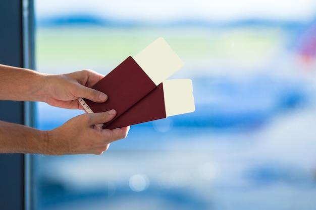 Крупным планом паспорта и посадочный талон в аэропорту в помещении